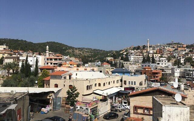 بلدة برطعة العربية المقسمة بين السيادة الإسرائيلية والفلسطينية. المئذنة على اليسار في الجانب الإسرائيلي، المئذنة على اليمين في الجانب الفلسطيني. (Uriel Heilman/ JTA)