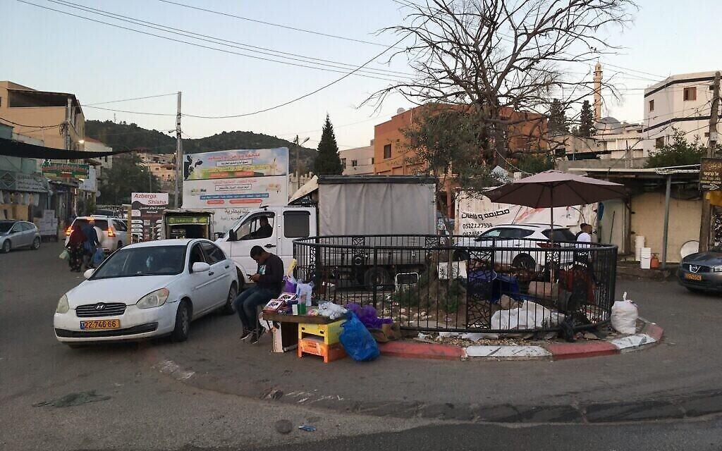 دوار صغير على الحدود بين برطعة الاسرائيلية وبرطعة الفلسطينية. (Uriel Heilman/ JTA)