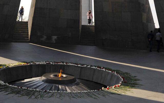 نصب تسيتسرناكابيرد التذكاري لضحايا الإبادة الجماعية على يد الأتراك العثمانيين، في العاصمة الأرمينية يريفان، أرمينيا، 30 أكتوبر 2019 (AP Photo / Hakob Berberyan)