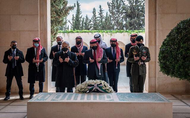تظهر هذه الصورة من حساب الديوان الملكي على تويتر، العاهل الأردني الملك عبد الله الثاني، وسط الصورة، والأمير حمزة بن الحسين، الثاني من اليسار، وآخرين أثناء زيارة ضريح الملك الراحل حسين بن طلال، 11 أبريل 2021 (Royal Court Twitter Account via AP)
