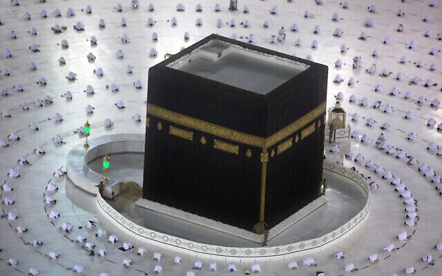 مسلمون يصلون صلاة الفجر الأولى من شهر رمضان المبارك، حول الكعبة في المسجد الحرام، حيث حافظوا على التباعد الإجتماعي للحد من انتشار فيروس كورونا، في مدينة مكة المكرمة، المملكة العربية السعودية، 13 أبريل 2021 (AP Photo / Amr Nabil)