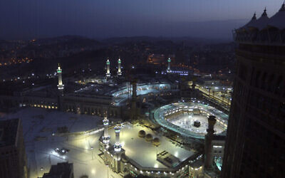 مسلمون يصلون صلاة الفجر الأولى من شهر رمضان المبارك، في مدينة مكة المكرمة، المملكة العربية السعودية، 13 أبريل 2021 (AP Photo / Amr Nabil)