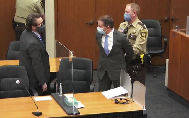 اعتقال ضابط شرطة مينيابوليس السابق ديريك شوفين، وسط الصورة، بعد قراءة الأحكام في محاكمته بشأن وفاة جورج فلويد عام 2020، في محكمة مقاطعة هينيبين في مينيابوليس، مينيسوتا، 20 أبريل 2021 (Court TV via AP, Pool)