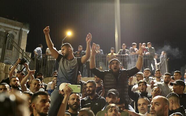 فلسطينيون يحتفلون بعد أن أزالت الشرطة الإسرائيلية سلسلة من الحواجز التي حالت دون تجمع الحشود عند باب العامود في المدينة القديمة بالقدس، 26 أبريل، 2021. (AP Photo / Ariel Schalit)