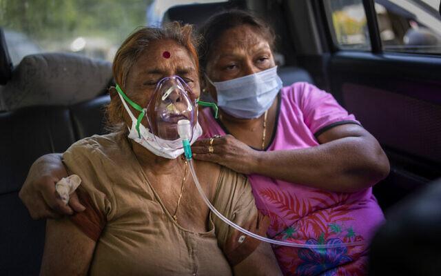 مريضة كوفيد-19 داخل سيارة، تتلقى الأكسجين الذي يوفره غوردوارا، وهو مكان عبادة للسيخ، في نيودلهي، الهند، 24 أبريل 2021 (AP Photo/Altaf Qadri, File)