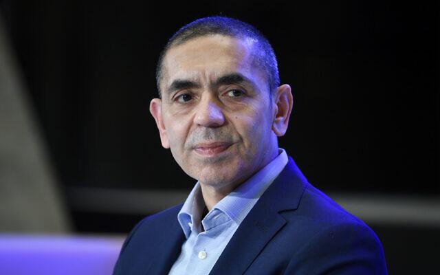 """أوغور شاهين، مؤسس شركة """"بايونتيك"""" التي شاركت بتطوير لقاح كوفيد-19، يستمع خلال حفل توزيع جوائز """"أكسل سبرنغر""""، 18 مارس 2021 (Bernd von Jutrczenka / dpa via AP، Pool)"""