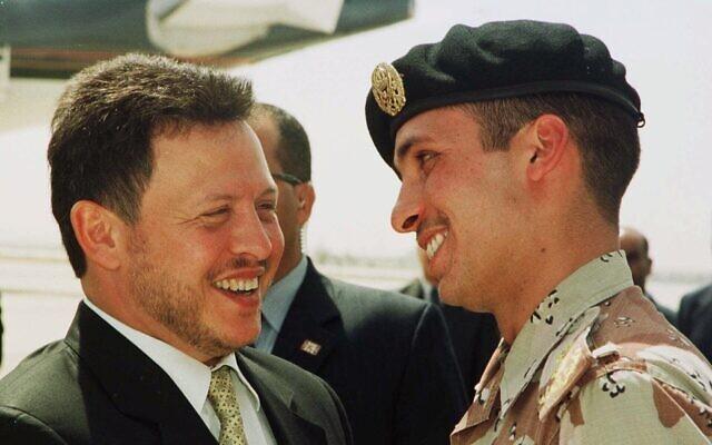 العاهل الأردني الملك عبد الله الثاني يضحك مع أخيه غير الشقيق، ولي العهد آنذاك حمزة بن الحسين، في 2 أبريل 2001. (AP Photo / Yousef Allan)