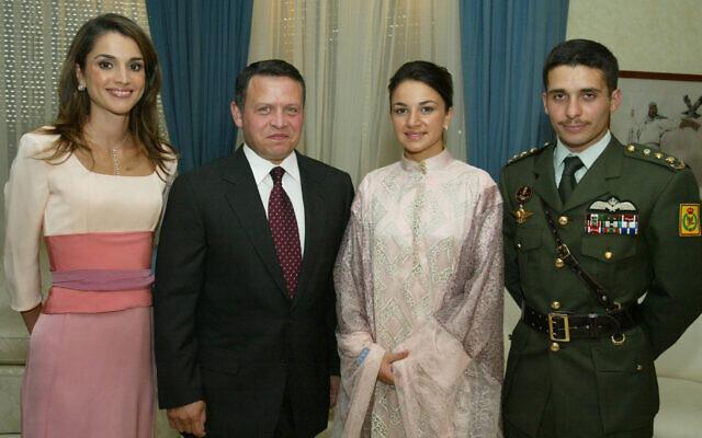 العاهل الأردني عبد الله الثاني وزوجته الملكة رانيا مع الأمير حمزة (يمين)، وخطيبته نور، في قصر البركة في عمان، 29 أغسطس 2003 (AP Photo / Yousef Allan)