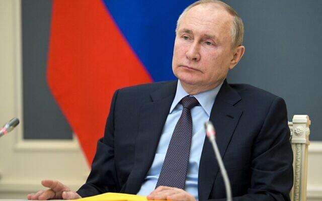الرئيس الروسي فلاديمير بوتين يحضر جلسة للجمعية الجغرافية الروسية عبر رابط فيديو في موسكو، روسيا، 14 أبريل 2021 (Alexei Druzhinin، Sputnik، Kremlin Pool Photo via AP)