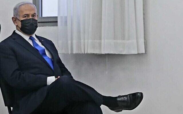 رئيس الوزراء بنيامين نتنياهو في المحكمة المركزية في القدس لحضور مرحلة الأدلة في محاكمته بالفساد، 5 أبريل 2021 (Oren Ben Hakoon / Pool)