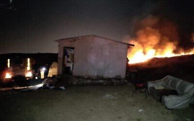 اندلاع حريق خارج مبنى في بؤرة عوز تسيون الاستيطانية غير القانونية في وسط الضفة الغربية بعد إلقاء زجاجات حارقة عليه،  29 أبريل، 2021. (Courtesy)