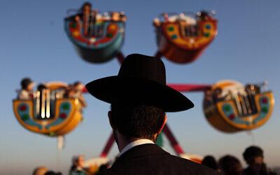 توضيحية يهودي حريدي يزور مدينة ملاهي في بني براك، 8 أغسطس، 2012. (Yaakov Naumi / Flash90)