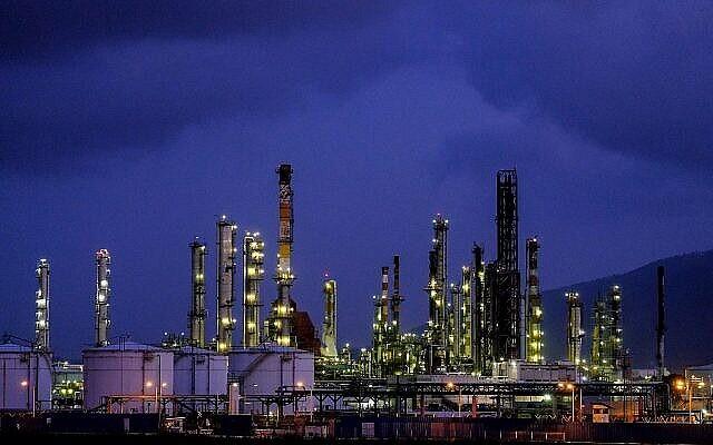 صورة لمصافي النفط في حيفا ومناطق صناعية أخرى، 5 مايو، 2017. (Yaniv Nadav / Flash90 / File)