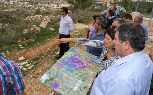 رئيس الصندوق القومي اليهودي داني أتار في نقطة مراقبة، خلال زيارة لمستوطنة كفار عتصيون في الضفة الغربية، 20 ديسمبر 2017 (Gershon Elinson / Flash90)