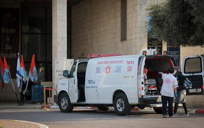 توضيحية: سيارة اسعاف تثق  خارج فندق دان في القدس، الذي تم  تحويله الى منشأة حجر صحي، 13 ابريل، 2020. (Yossi Zamir / Flash90)