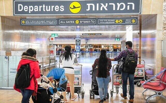 مسافرون في مطار بن غوريون الدولي بالقرب من تل أبيب، 8 مارس 2021 (Flash90)