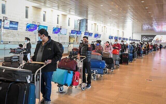 مسافرون في مطار بن غوريون الدولي بالقرب من تل أبيب، 8 مارس، 2021. (Flash90)