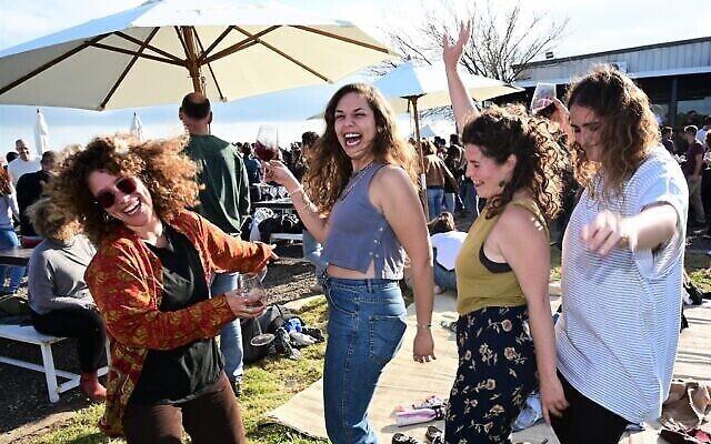 توضيحية: إسرائيليون في حفلة رقص في الهواء الطلق بدون أقنعة لضيوف متطعمين ضد كوفيد-19 فقط، في مصنع نبيذ تل شيفون، في كيبوتس أورطال، شمال مرتفعات الجولان، 19 مارس، 2021. (Michael Giladi / Flash90)