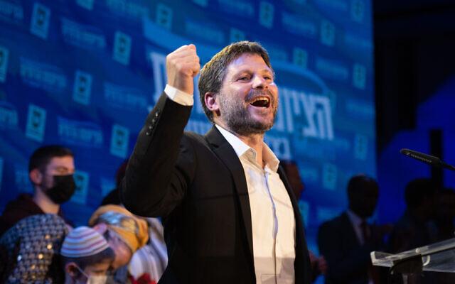 """رئيس حزب """"الصهيونية الدينية"""" بتسلئيل سموتريتش في مقر الحزب بموديعين، في ليلة الانتخابات، 23 مارس 2021 (Sraya Diamant/Flash90)"""