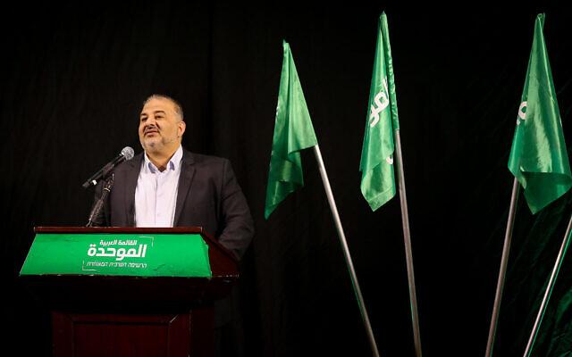 رئيس القائمة العربية الموحدة منصور عباس خلال مؤتمر صحفي في الناصرة، 1 ابريل 2021 (David Cohen / Flash90)
