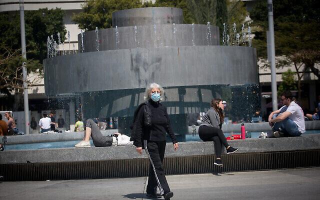 إسرائيليون، بعضهم يرتدي كمامات والبعض الآخر لا يرتديها ، في ميدان ديزنغوف في تل أبيب، 4 أبريل، 2021. (Miriam Alster / Flash90)