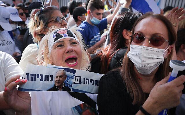 أنصار رئيس الوزراء بنيامين نتنياهو يتظاهرون أمام المحكمة المركزية في القدس، بينما يصل نتنياهو لجلسة استماع في محاكمته، 5 أبريل 2021 (Olivier Fitoussi / Flash90)