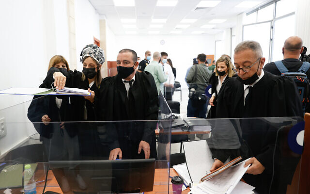 مسؤولون في المحكمة يستعدون لليوم الثاني من مرحلة الأدلة في محاكمة رئيس الوزراء بنيامين نتنياهو بتهم فساد في محكمة القدس المركزية، 6 أبريل 2021 (Yonatan Sindel / FLASH90)
