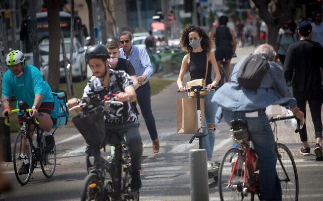 بعض الإسرائيليين يرتدون أقنعة واقية للوجه، في تل أبيب، 7 أبريل 2021 (Miriam Alster / FLASH90)