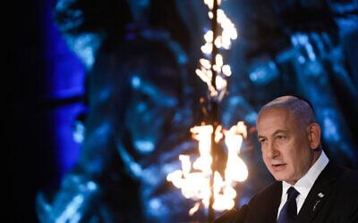 رئيس الوزراء بنيامين نتنياهو يتحدث خلال مراسم أقيم في متحف ياد فاشيم لتخليد ذكرى المحرقة في القدس، 7 أبريل 2021 (Olivier Fitoussi / Flash90)