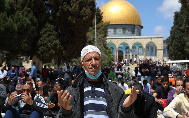 فلسطينيون يؤدون صلاة الجمعة في الحرم القدسي في البلدة القديمة، 9 أبريل 2021 (Jamal Awad / Flash90)