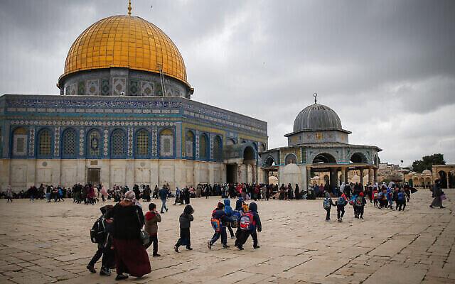 فلسطينيون يزورون المسجد الأقصى في البلدة القديمة في القدس، قبل حلول شهر رمضان المبارك، 10 أبريل، 2021. (Jamal Awad / Flash90)