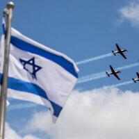 فريق الأكروبات التابع لسلاح الجو الإسرائيلي يحلق خلال جولة تدريبية عسكرية استعدادا لاحتفالات يوم الاستقلال الثالث والسبعين، في القدس، 12 أبريل، 2021. (Yonatan Sindel / Flash90)