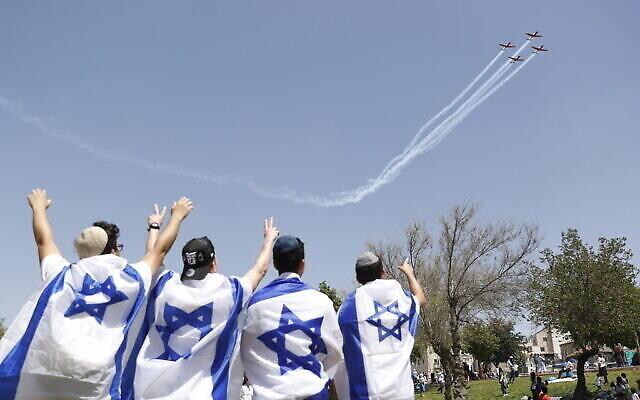 الإسرائيليون يستمتعون بالعرض الجوي بمناسبة يوم الاستقلال في حديقة ساكر بالقدس، 15 أبريل، 2021. (Miriam Alster/Flash90)
