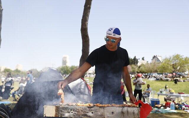 إسرائيلي يقيم حفل شواء في حديقة ساكر بالقدس بمناسبة يوم الاستقلال، 15 أبريل، 2021.  (Yonatan Sindel/Flash90)