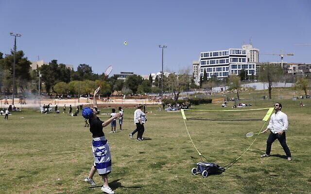 أشخاص يحتفلون بيوم استقلال اسرائيل الثالث والسبعين في حديقة ساكر بالقدس، 15 أبريل، 2021. (Yonatan Sindel / Flash90)
