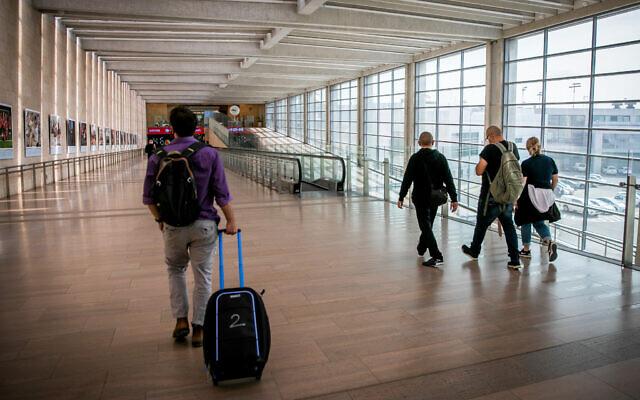 مسافرون في مطار بن غوريون الدولي بالقرب من تل أبيب، 18 أبريل 2021 (Yossi Aloni / Flash90)