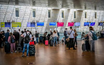 مسافرون في صالة المغادرين بمطار بن غوريون، 18 أبريل، 2021. (Yossi Aloni / Flash90)