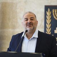 رئيس حزب القائمة العربية الموحدة منصور عباس يقود اجتماعا للحزب في البرلمان الإسرائيلي، 19 أبريل 2021 (Olivier Fitoussi / Flash90)