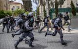 عناصر شرطة خلال مداهمة في حي مئه شعاريم الحريدي، القدس، 20 أبريل، 2021. (Yonatan Sindel / Flash90)