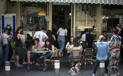 إسرائيليون يجلسون في مقهى في وسط مدينة القدس، 21 أبريل 2021 (Olivier Fitoussi / Flash90)