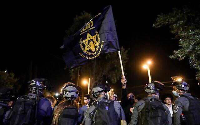 الشرطة تقف أمام متظاهرين من جماعة لهافا اليهودية المتطرفة عند باب العامود في القدس، 22 أبريل، 2021. (Olivier Fitoussi / Flash90)