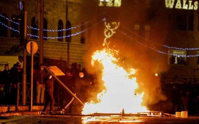 اشتباكات بين ضباط الشرطة الاسرائيلية ومتظاهرين عرب خارج باب العامود في القدس، 22 ابريل 2021 (Olivier Fitoussi / Flash90)
