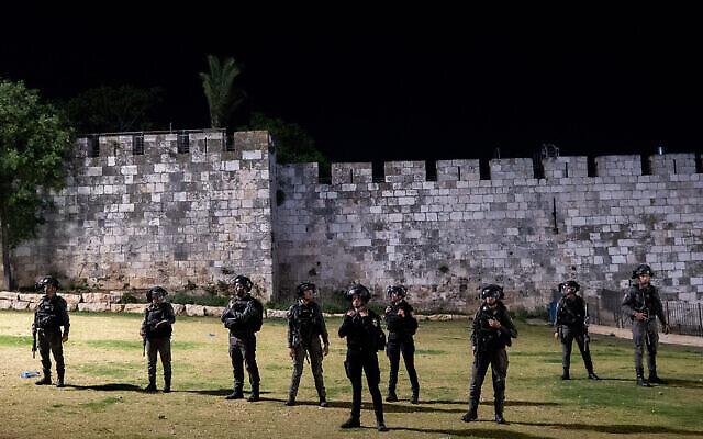 عناصر من الشرطة الإسرائيلية يقفون بالقرب من باب العامود في البلدة القديمة بالقدس، 24 أبريل، 2021. (Yonatan Sindel / Flash90)