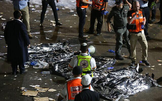 قوات الإنقاذ والشرطة الإسرائيلية في موقع حادثة تدافع جماعي دامية خلال حدث احتفالي بمناسبة عطلة لاغ بعومر اليهودية على جبل ميرون  في شمال إسرائيل، 30 أبريل، 2021. (David Cohen / Flash90)