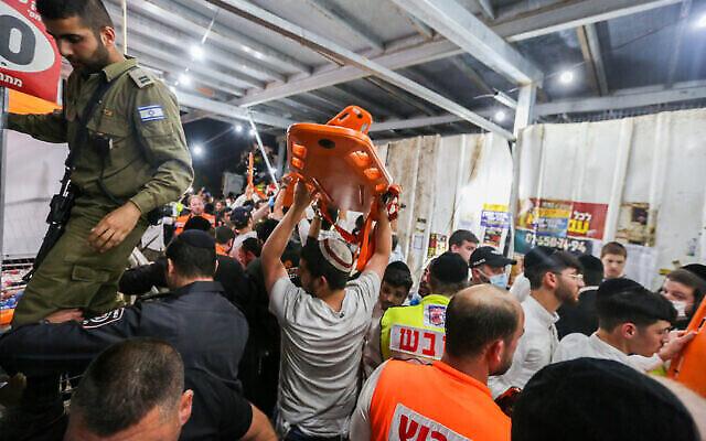 قوات الإنقاذ والشرطة الإسرائيلية في موقع حادثة تدافع جماعي دامية خلال حدث احتفالي بمناسبة عطلة لاغ بعومر اليهودية على جبل ميرون  في شمال إسرائيل، 30 أبريل، 2021, (David Cohen / Flash90)