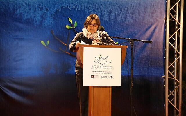 تمار بايكس، إسرائيلية ثكلى توفي شقيقها ووالدها أثناء خدمتهما في الجيش الإسرائيلي، تتحدث في مراسم تذكارية إسرائيلية فلسطينية مشتركة بالقرب من بيت لحم يوم الثلاثاء ، 13 أبريل، 2021. (Ghassan Bannoura / Combatants for Peace)