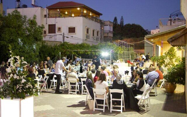 صورة توضيحية: يهود وعرب يتشاركون وجبة الإفطار معا خلال شهر رمضان، في بلدة الطيبة، 9 يونيو 2016 (Dov Lieber / Times of Israel)