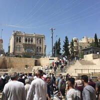 فلسطينيون يغادرون البلدة القديمة بالقدس خارج باب العامود بعد صلاة الظهر يوم الجمعة، 16 أبريل، 2021. (Aaron Boxerman / The Times of Israel)