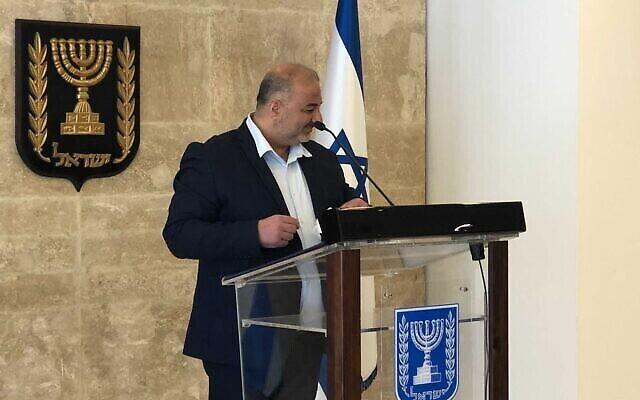 منصور عباس، رئيس حزب القائمة العربية الموحدة، يتحدث للصحافيين، 19 أبريل، 2021. (Tal Schneider/Zman Yisrael)