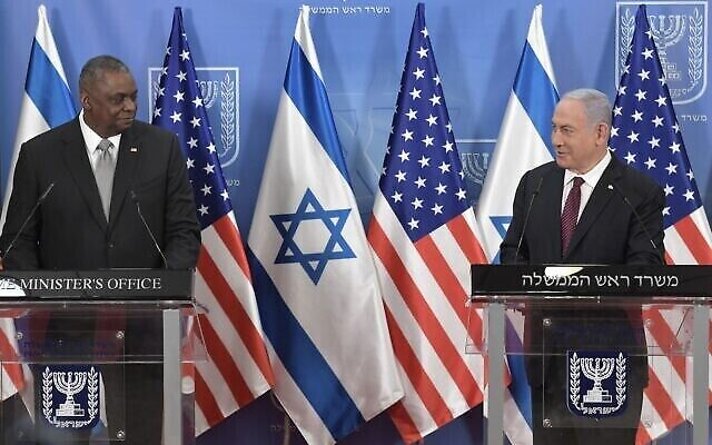 رئيس الوزراء بنيامين نتنياهو (على يمين الصورة) ووزير الدفاع الأمريكي لويد أوستن في مؤتمر صحفي في مكتب رئيس الوزراء في القدس، 12 أبريل، 2021. (Kobi Gideon / GPO)